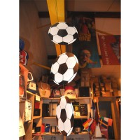 Suspension de 3 ballons de foot en carton