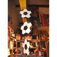 Suspension de 3 ballons de foot en carton